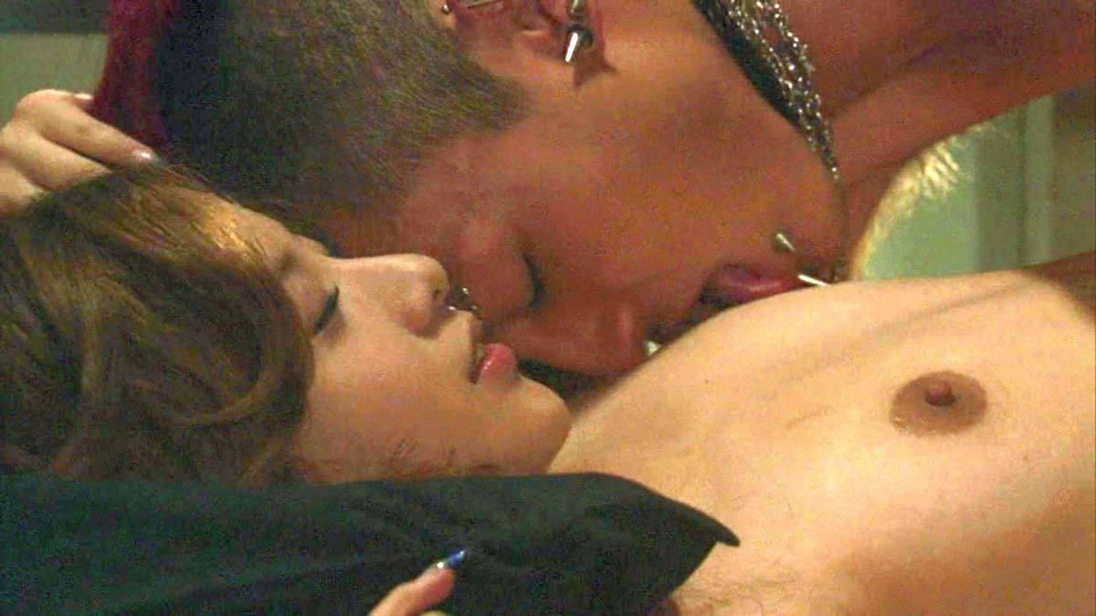 吉高由里子が仰向けで乳首を舐められるシーン