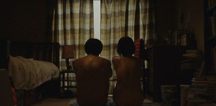 裸で二人並んで座る市川由衣と池松壮亮