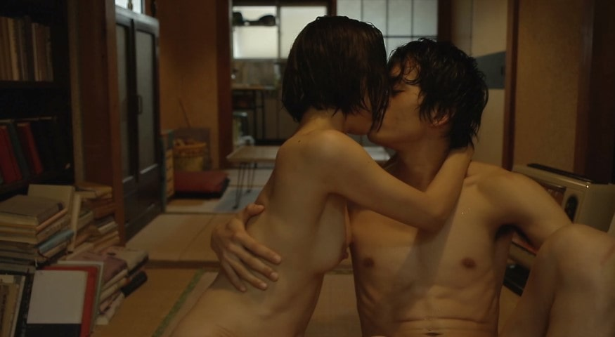 裸で二人並んで座った状態でキスをする市川由衣と池松壮亮