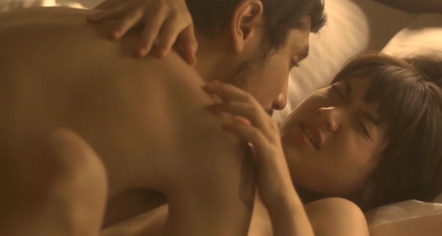 正常位でセックスをする柳英里紗
