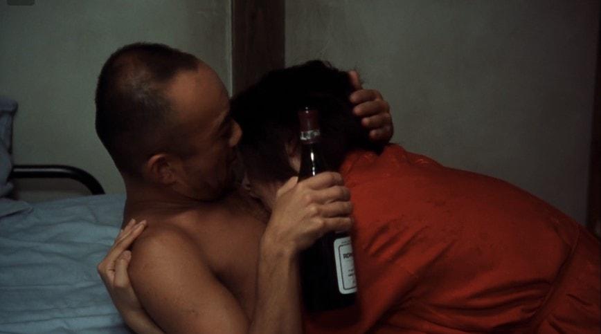 抱き合う竹中直人と小島聖