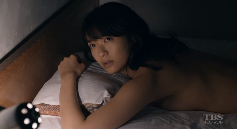 ヌードでうつぶせになる榮倉奈々