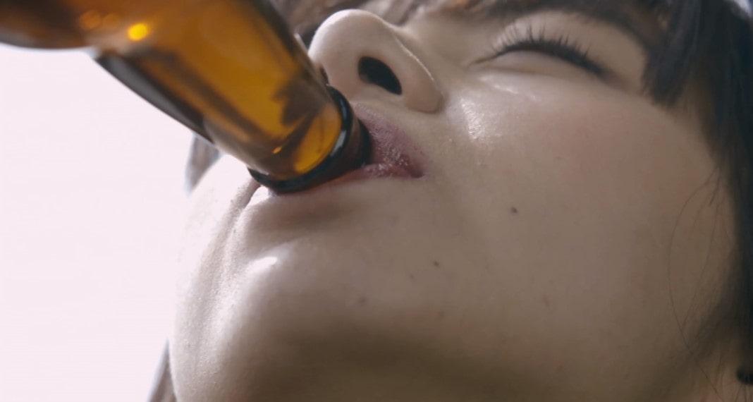 瓶ビールを飲む池田エライザ