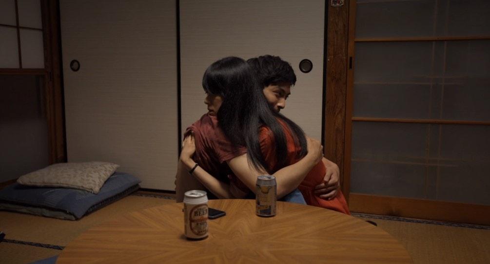 抱き合う初音映莉子と高良健吾