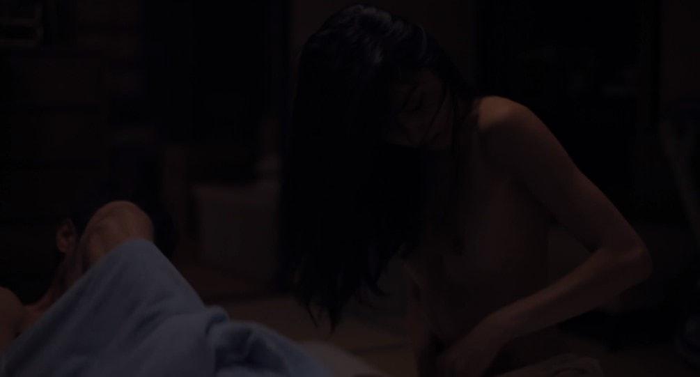 服を脱ぐ初音映莉子